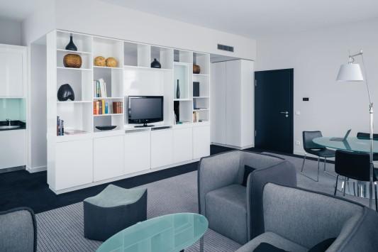 vienna-house-andels-berlin-deluxe-suite-living-1-low